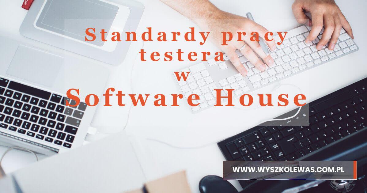 biurko i klawiatury na tle których jest tekst standardy pracy testera w software house